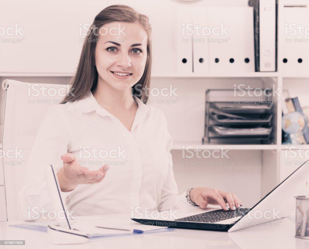 Office Manager weiblich ist neuen Client hinter dem Tisch treffen. - Lizenzfrei Arbeiten Stock-Foto