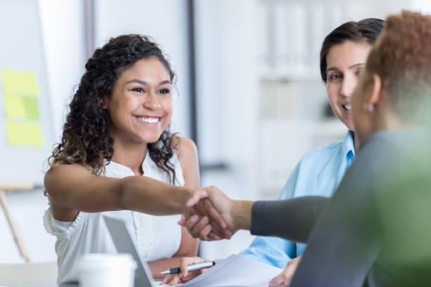 office manager interviews potenzieller neuer mitarbeiter - outfit vorstellungsgespräch stock-fotos und bilder