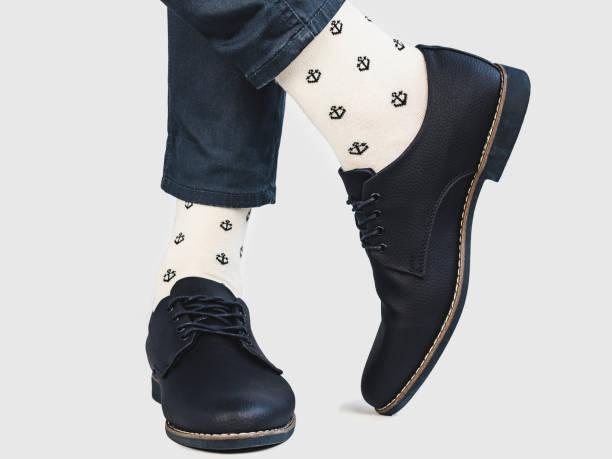 office manager, modischen schuhen und hellen socken - bräutigam jeans stock-fotos und bilder