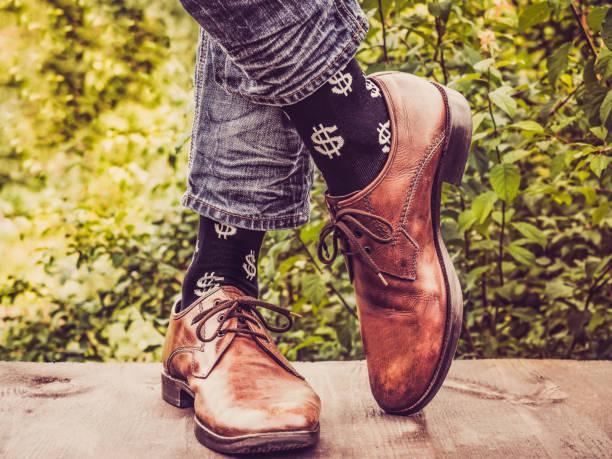 büroleiter, elegante schuhe, jeans und socken - bräutigam jeans stock-fotos und bilder