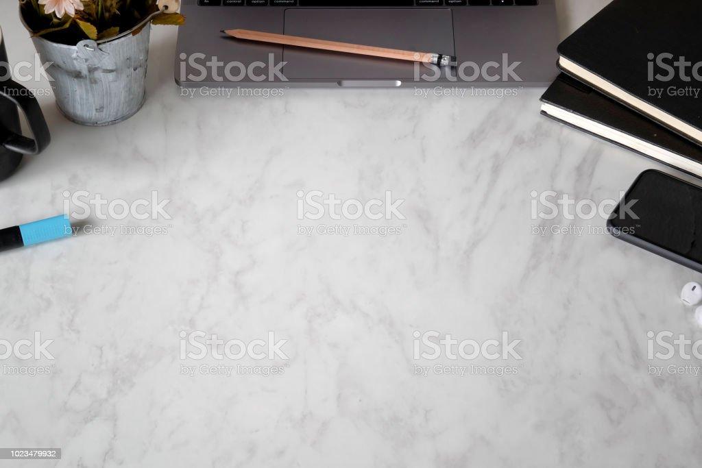 Bureau bureau marbre portable livres tasse à café et fleur vue de