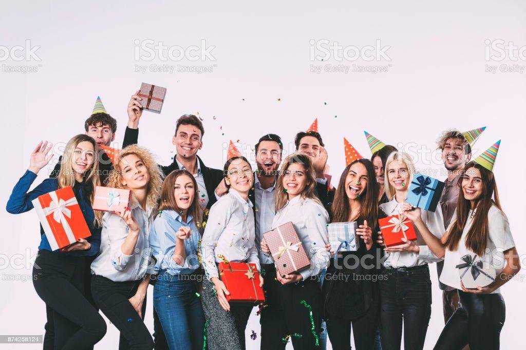 Party de bureau de nouvel an. Jeunes s'amuser. - Photo