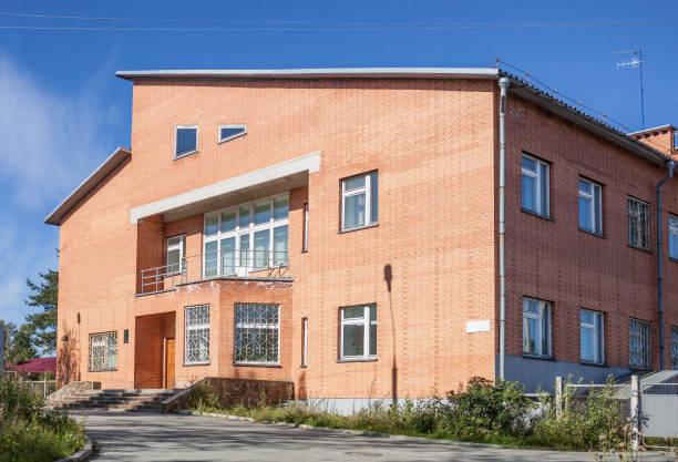büro des karelischen power sales company in medweschjegorsk - bussystem haus stock-fotos und bilder