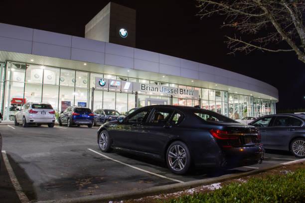 vancouver bc, kanada - 9. januar 2018: büro der vertragshändler bmw. bmw ist ein deutscher automobilhersteller, spezialisiert auf leistungsstarke und luxus-autos. nachtaufnahme alle leuchtet. - bmw x5 stock-fotos und bilder