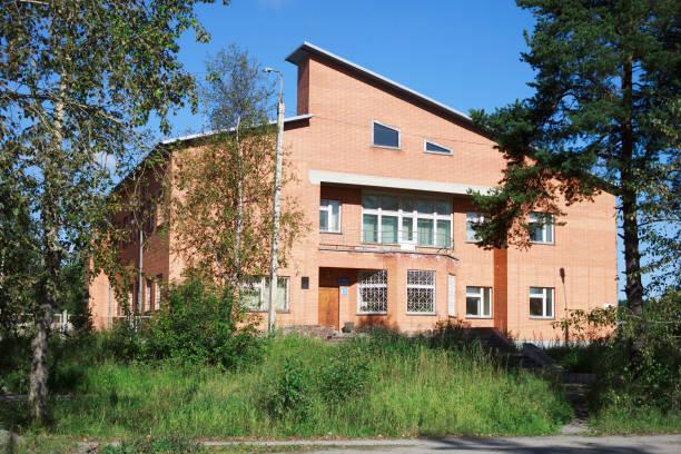 büro der karelischen power sales company in medweschjegorsk - bussystem haus stock-fotos und bilder