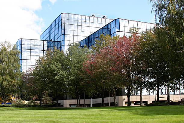 office or medical building exterior with lawn - industriegebied stockfoto's en -beelden