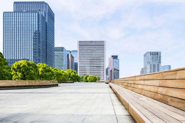 büropark in tokio - fußgängerzone stock-fotos und bilder