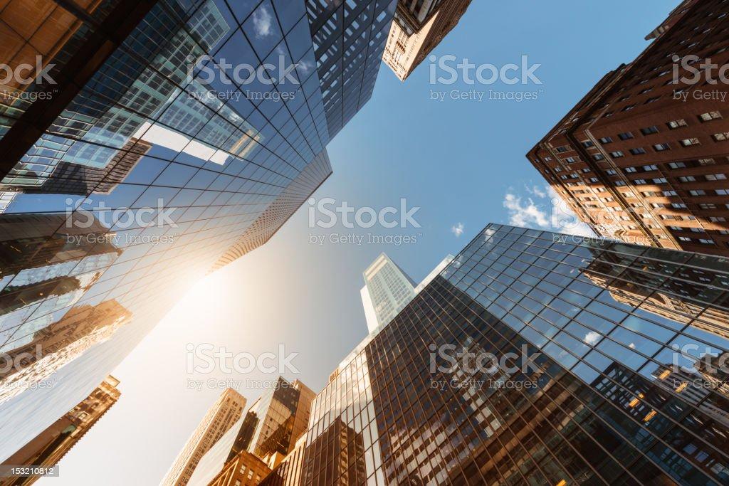 Oficina skysraper bajo el sol - foto de stock