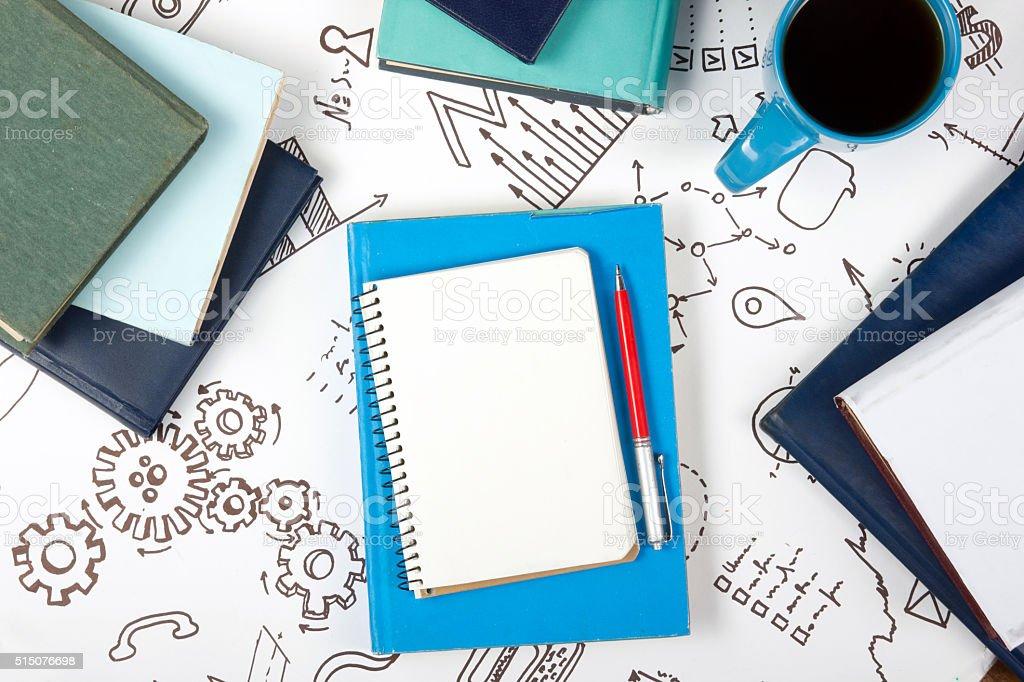Mesa de oficina escritorio con fuentes azul, blanco, blanco libreta - foto de stock