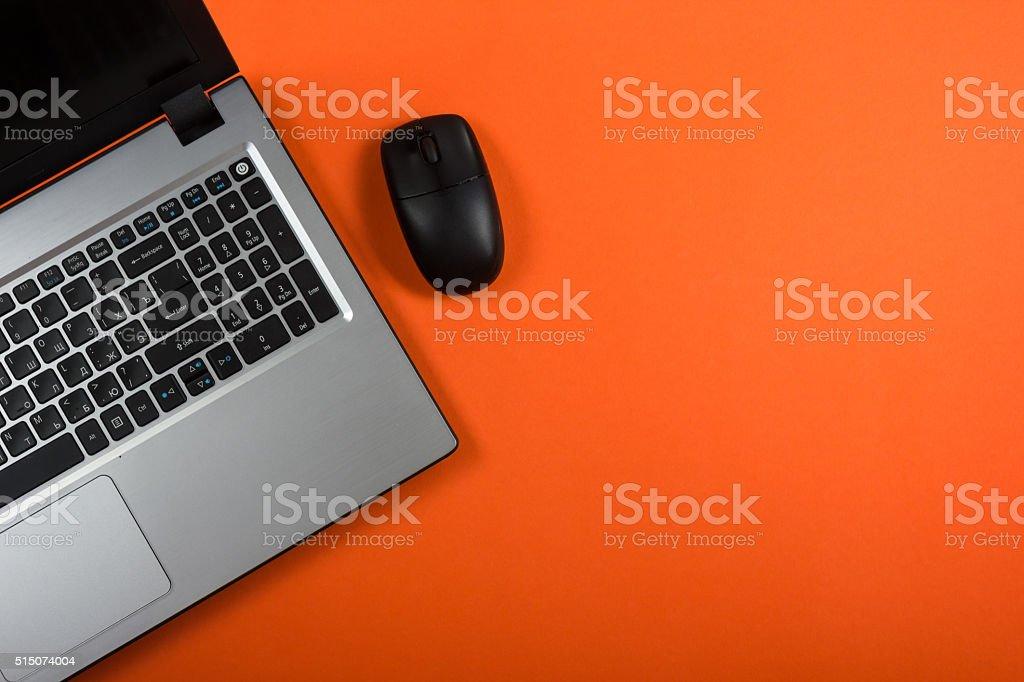 Mesa de oficina con escritorio Conjunto de colorido fuentes de ratón de PC - foto de stock