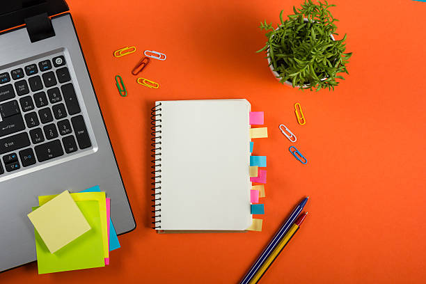Mesa de oficina escritorio con conjunto de colorido suministros, blanco, blanco - foto de stock