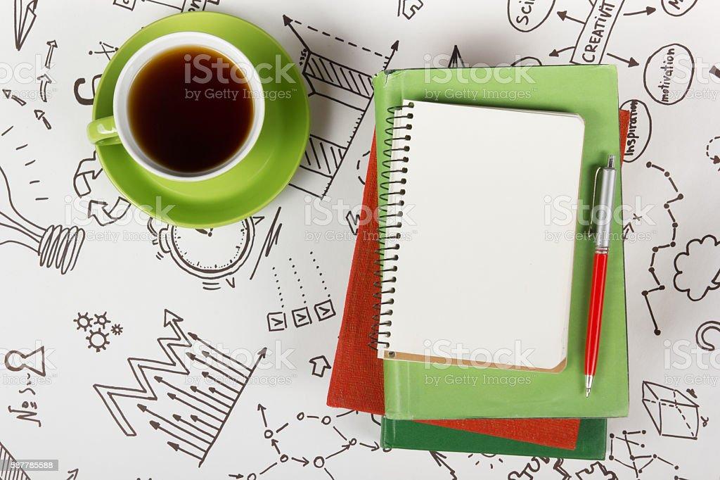 Mesa de oficina escritorio con provisiones, blanco, libreta de notas, taza, lápiz - foto de stock
