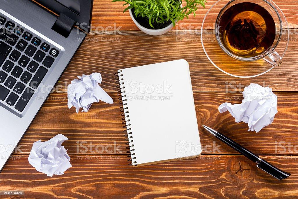 Forniture Per Ufficio : Ufficio tavolo con forniture per ufficio bianco vuoto nota pad