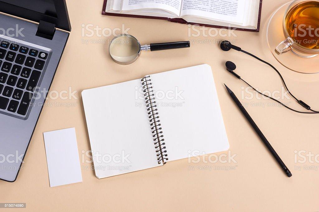 Tavolo Ufficio Bianco : Ufficio tavolo con forniture per ufficio bianco vuoto nota pad coppa