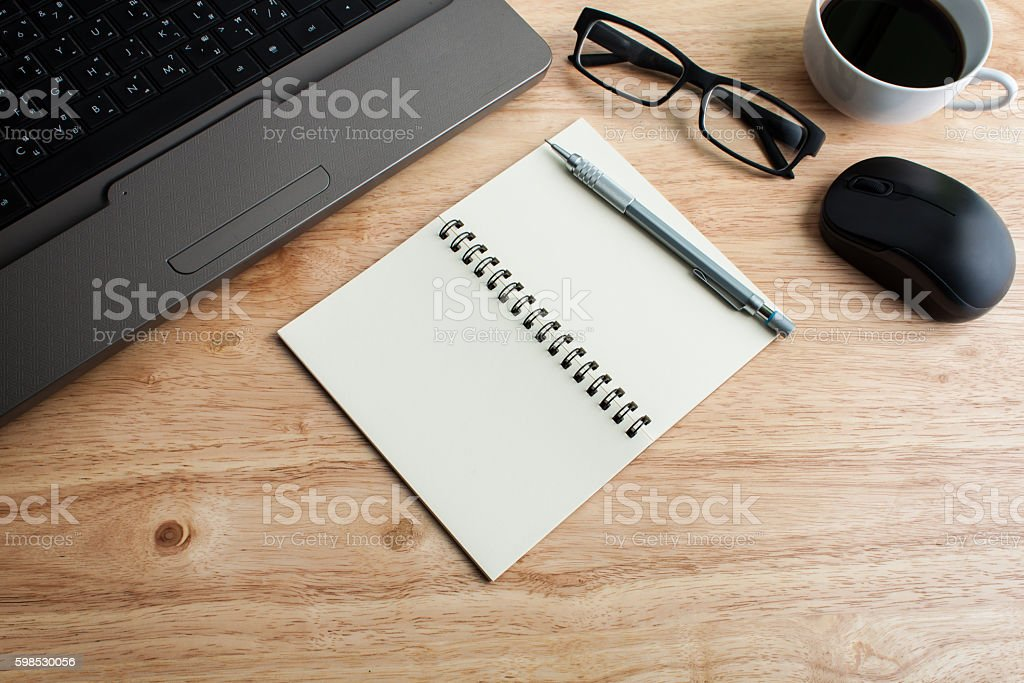office table with glasses,  pencil and note book, business conce photo libre de droits