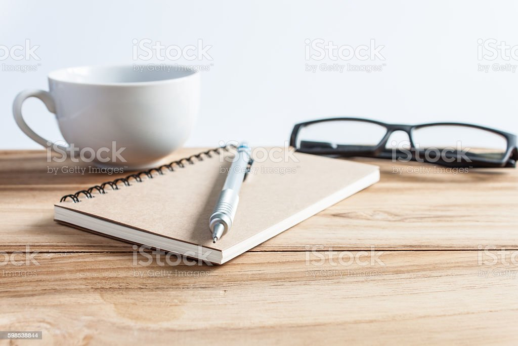 office table with glasses, pencil and note book, business concep photo libre de droits