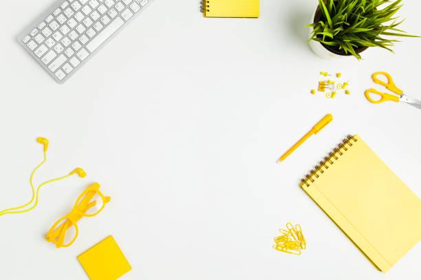 Bürotisch mit gelben Büromöbel und Bürobedarf – Foto