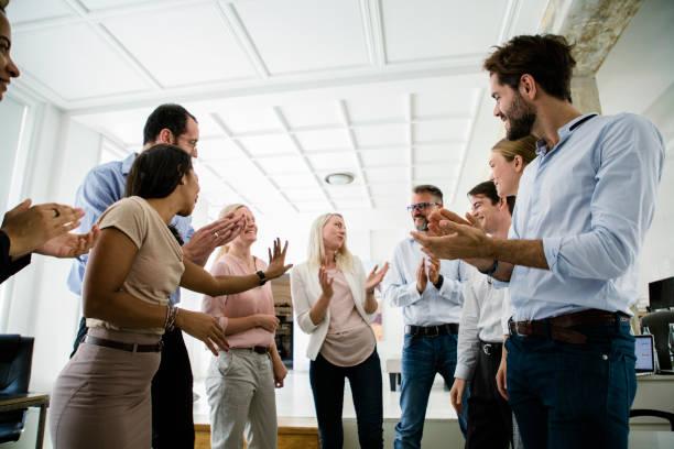 Office-Team mitspielenden einander während Morgenbesprechung – Foto