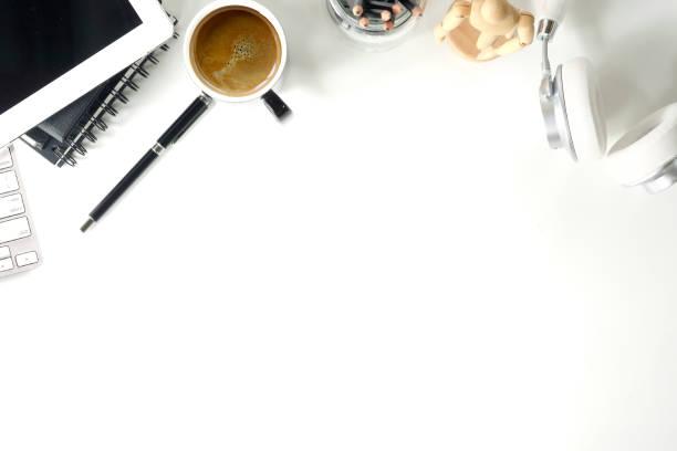 辦公室白色辦公桌與辦公室用品。工作區和複製空間。 - 咖啡 飲品 個照片及圖片檔