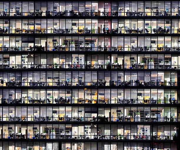 büro-fenster bei nacht. - fensterfront stock-fotos und bilder