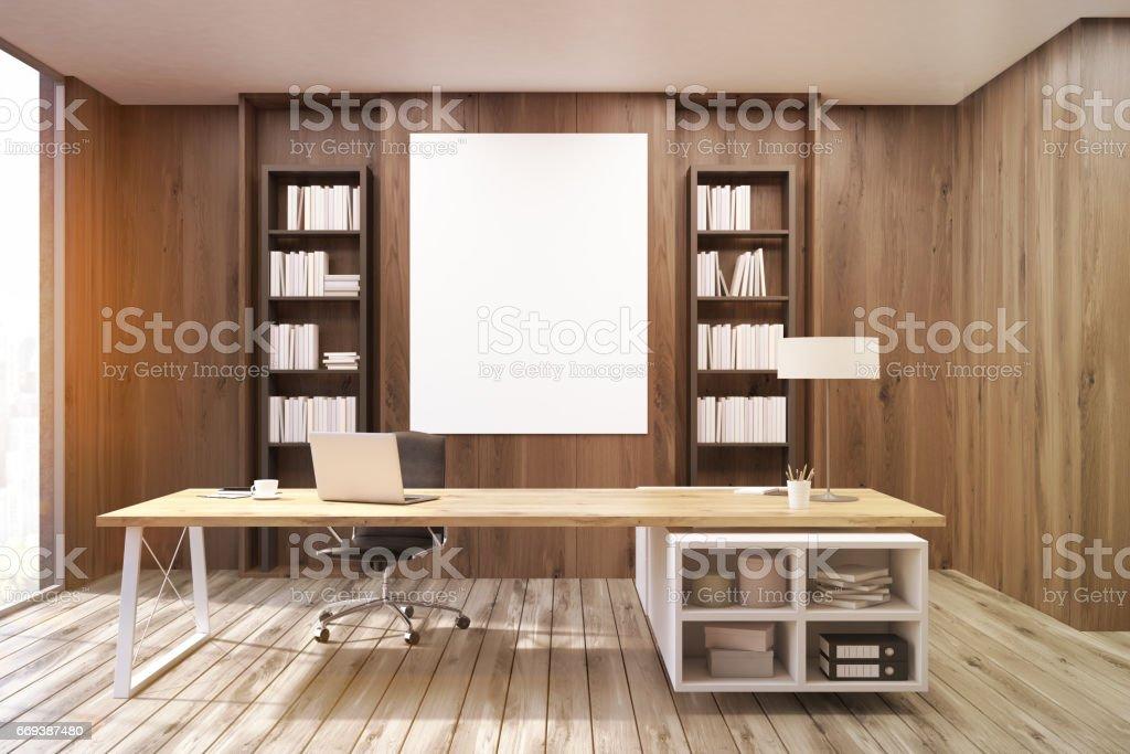 Bureau du directeur général avec les murs en bois foncé tonifié