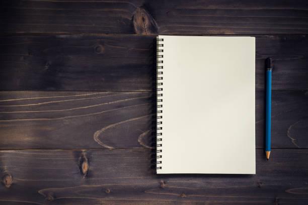 office trä bord med tomt anteckningsblock, penna. - linjerat papper bakgrund bildbanksfoton och bilder