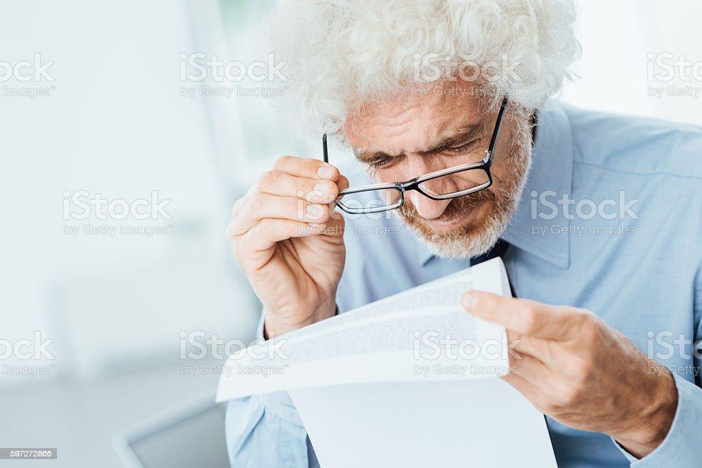 Office worker having eyesight problems - foto de acervo