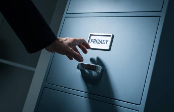 Employé de bureau à la recherche d'informations confidentielles - Photo