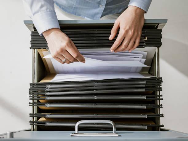 Büromitarbeiter suchen Dateien im Archiv – Foto