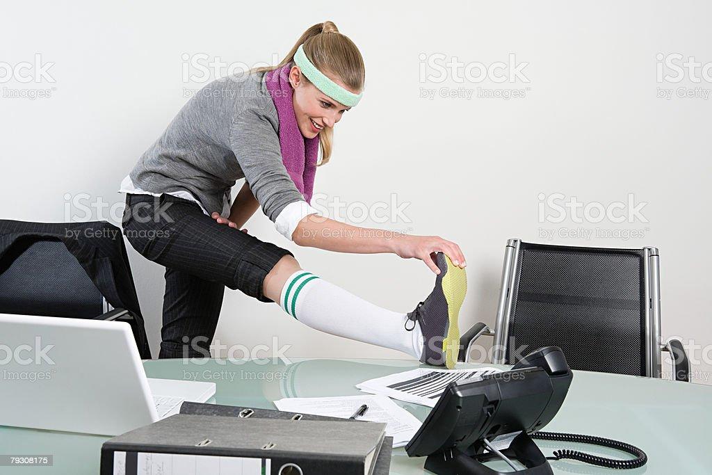 Büroberuf Dehnen ihr Bein Lizenzfreies stock-foto