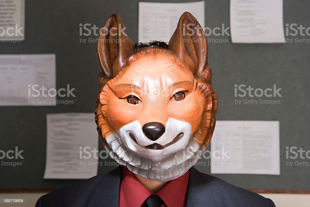 Trabalhador usando uma máscara de escritório - foto de acervo