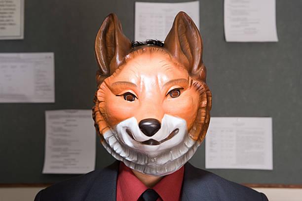 Empleada de oficina usando la máscara - foto de stock