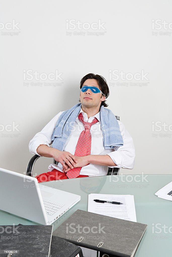 Büroangestellter mit Augenmaske Lizenzfreies stock-foto