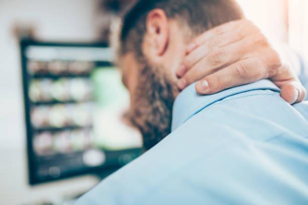 Büroangestellte mit Nackenschmerzen ganzen Tag am Schreibtisch sitzen – Foto