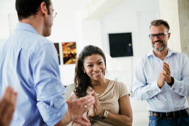 Büroangestellte klatschte, gegenseitig zu unterstützen, während der Sitzung – Foto