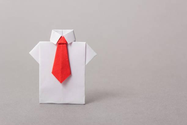 les employés de bureau dans une chemise et une cravate en papier. origami. copiez l'espace pour le texte. - origami photos et images de collection