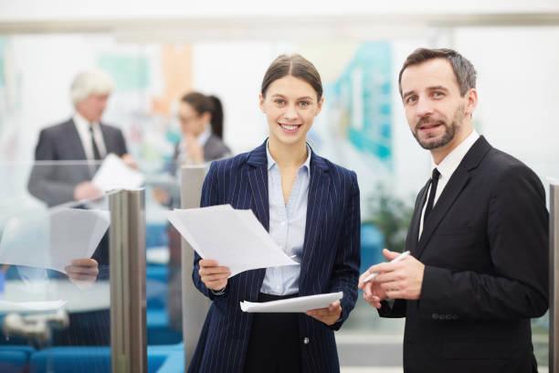 Büroangestellte stellen vor – Foto