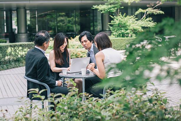 Trabajadores de oficina hablando de estar al aire libre - foto de stock