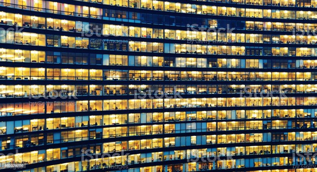 Büroangestellte arbeiten spät in großen Bürogebäude – Foto