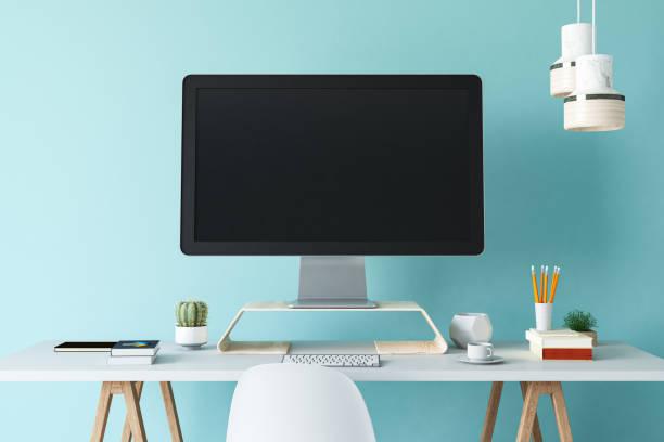 computador do local de trabalho do escritório com tela vazia branca em branco - escrivaninha - fotografias e filmes do acervo
