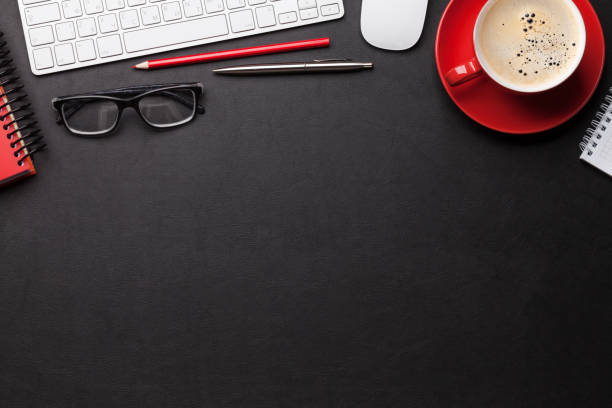 Büroarbeitsplatz mit Kaffee, Zubehör und Computer – Foto