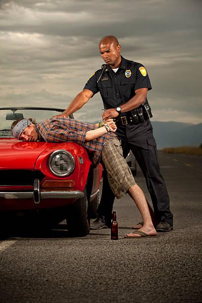 las detenciones un directivo caucásico, de sexo masculino - feliz dia del policia fotografías e imágenes de stock