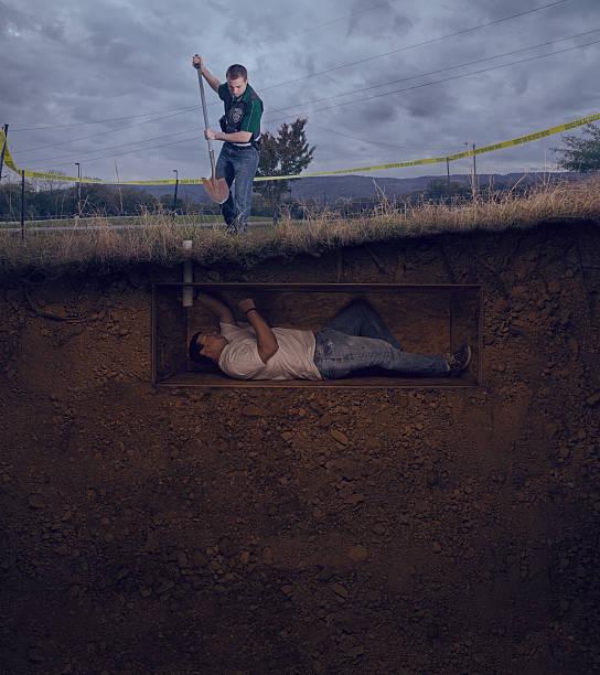 csi officer to unearth a male victim buried alive - gömülü stok fotoğraflar ve resimler