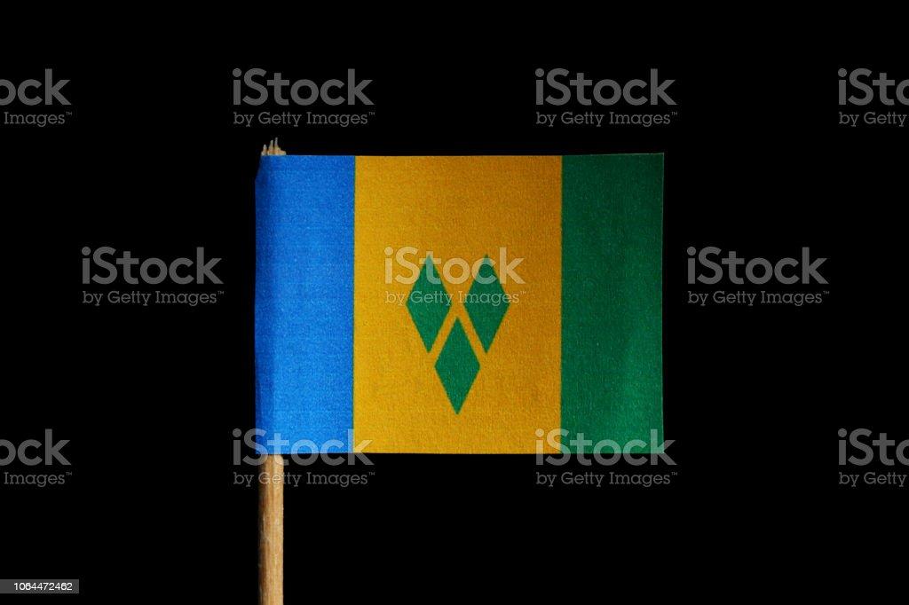 Uma bandeira oficial de São Vicente e Granadinas no palito em fundo preto. Uma vertical tricolor de azul, ouro, verde com três diamantes verdes - foto de acervo
