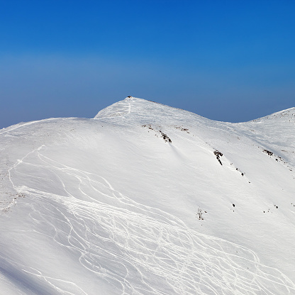 Abseits Der Piste Hang Mit Spuren Von Ski Und Snowboards Stockfoto und mehr Bilder von Abenteuer