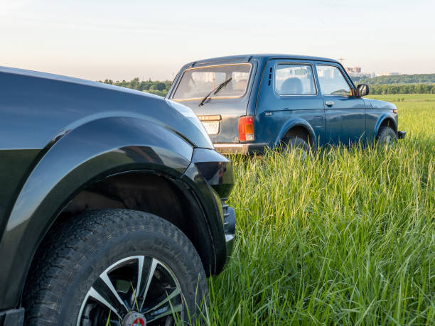 geländewagen great wall hover h3 und lada niva 4x4 - lada niva stock-fotos und bilder