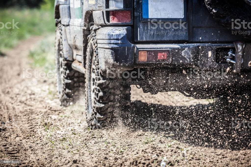 Off-Road racing voiture passer comme un éclair le long d'une route de campagne. - Photo