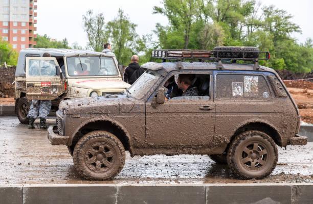 Geländewagen Lada 4x4 nach Regenfahrt – Foto
