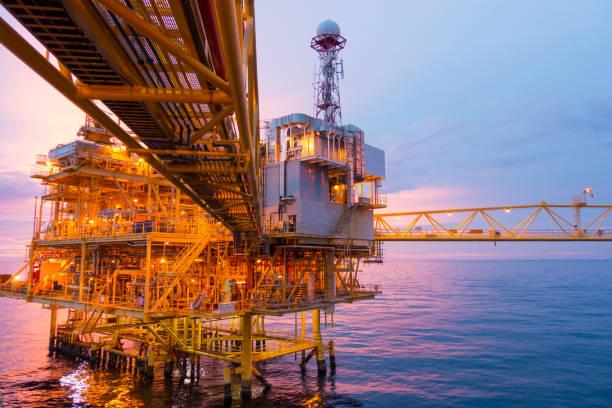 Offshore-Bauplattform für Exploration und Produktion Öl und Gas mit Brücke am Abend Zeit für Energie des Welt-Konzepts. – Foto
