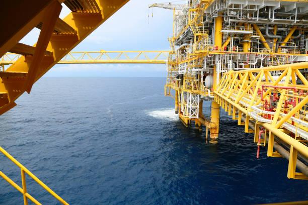 Offshore-Bauplattform für die Produktion von Öl und Gas. Öl und Gas Industrie und harte Arbeit. Plattform und Betrieb im Produktionsprozess durch manuelle und automatische Funktion vom Kontrollraum. – Foto